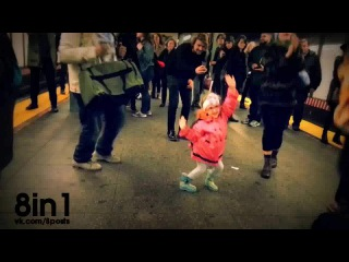 "��������� ������� �������� ����� � �����, ������ ��� ������ ""��������"" ���������, ���-����, ��� / Girl dancing in subw"